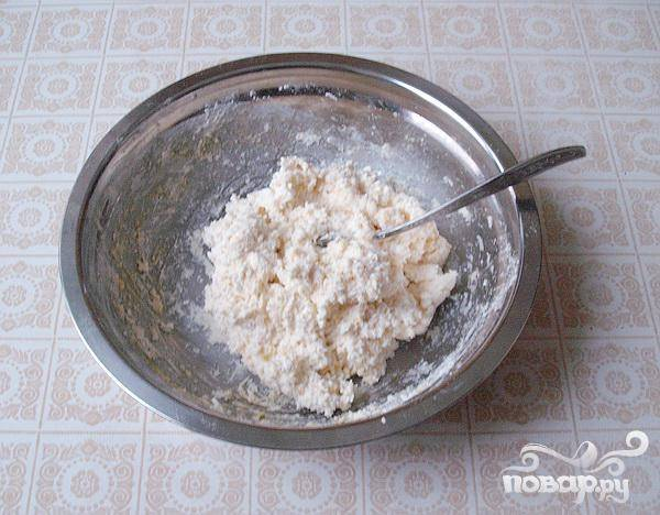 2.Через сито просеваем муку, добавляем в нее немного разрыхлителя (смотрим на инструкцию на пакете), и теперь замешиваем очень мягкое, липкое тесто.