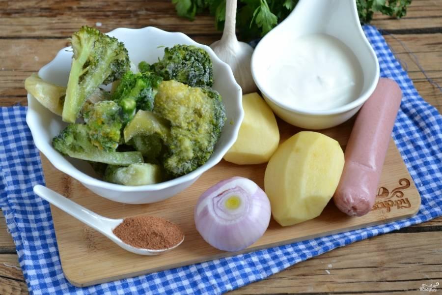 Подготовьте все необходимые ингердиенты. Картофель, лук и чеснок очистите. Обратите внимание, картофеля для супа требуется совсем немного, он является дополняющим вкус ингредиентом, а не главным, поэтому возьмите всего 2-3 небольшие картофелины. Если готовите этот суп для маленьких детей, то  количество чеснока нужно уменьшить или не использовать его вовсе, это же относится и к мускатному ореху.
