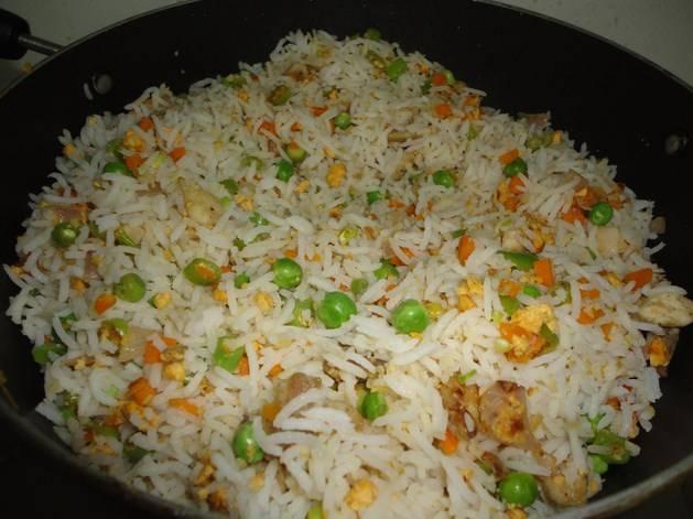 Минутку обжарили и высыпали отварной рис.