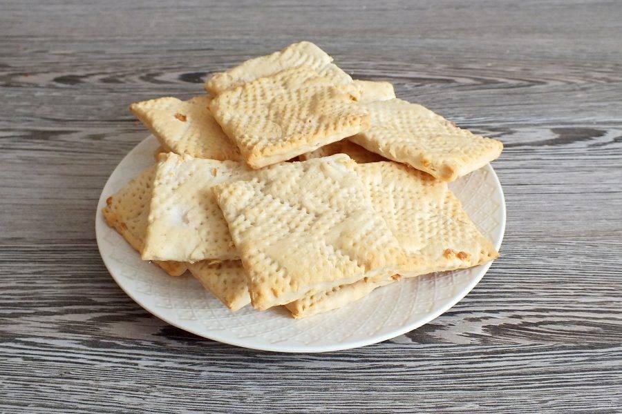 Через указанное время проверьте печенье. Оно должно быть светлым, с лёгким колером. Снимите его с листа.