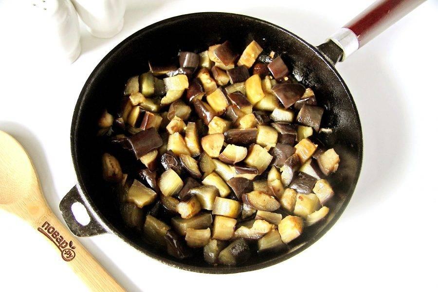 Убрите лук с чесноком со сковороды и положите нарезанные баклажаны. Добавьте по вкусу соль и обжаривайте баклажаны периодически помешивая до легкой румяности.
