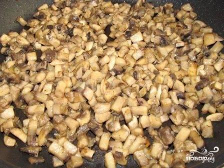 Обжарим лук с грибами до готовности, посолим, добавим перец по вкусу. Затем выложим грибы на сито, пусть стечет лишнее масло и жидкость.