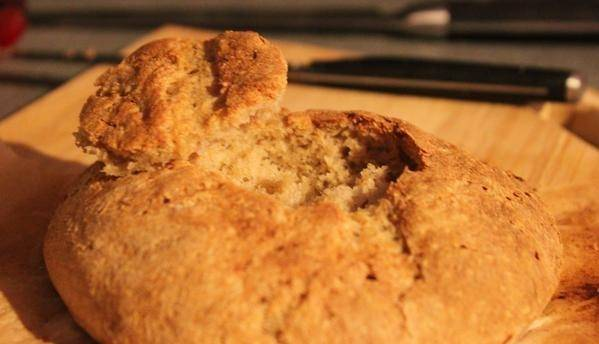 Срежьте верхушку с испеченного хлеба с помощью ложки, удалите всю мякоть.