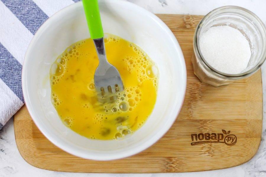 Вбейте куриное яйцо в пиалу и взбейте его вилкой, венчиком. Смажьте увеличившийся в размерах штрудель за 5-8 минут до окончания выпекания.