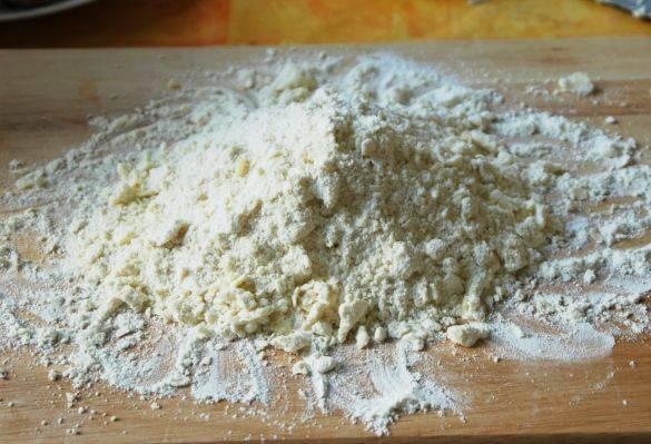 Из размягчённого маргарина, творога и муки замешайте тесто. Скатайте его в шар, заверните в пищевую плёнку и оставьте на 30 минут в холодильнике.