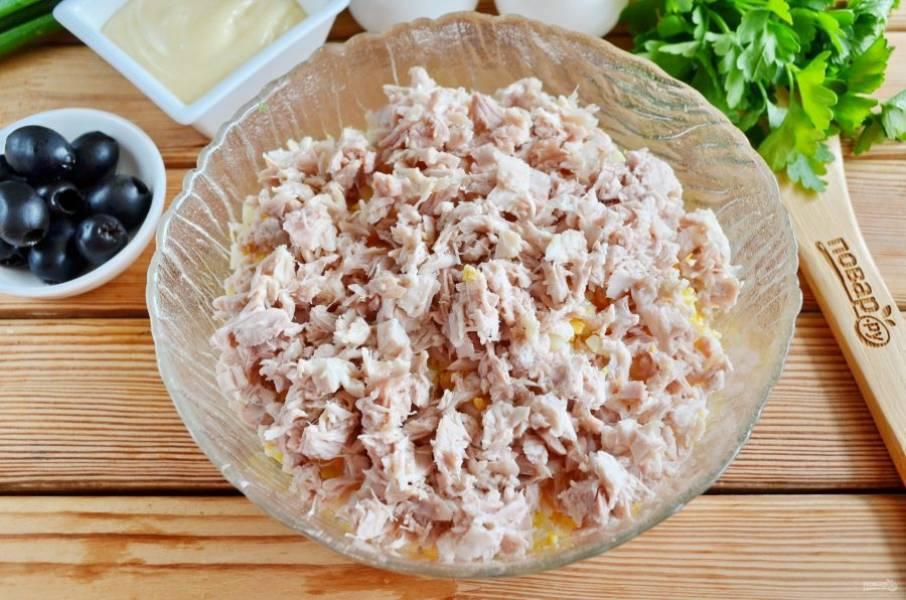 Отделите мясо от кости, порежьте мелко. Добавьте к картофелю и яйцам.