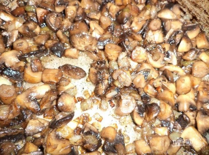4.Луковицу нарежьте кубиками. Очистите и нарежьте кубиками грибы. Разогрейте сковороду с растительным маслом, выложите сперва лук, а спустя 2-3 минуты добавьте грибы, обжарьте все до готовности последних, добавьте по вкусу соль и перец.