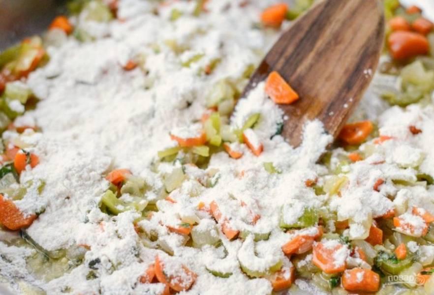 3. Затем всыпьте муку. Перемешав, готовьте овощи ещё 1 минуту.
