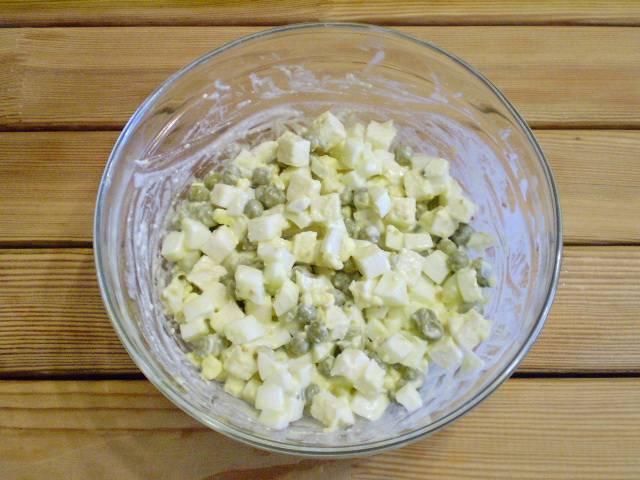 """6. Добавляем зелень, соль, перец черный молотый, майонез. Перемешиваем. Салат """"Чайка"""" готов! Приятного аппетита!"""