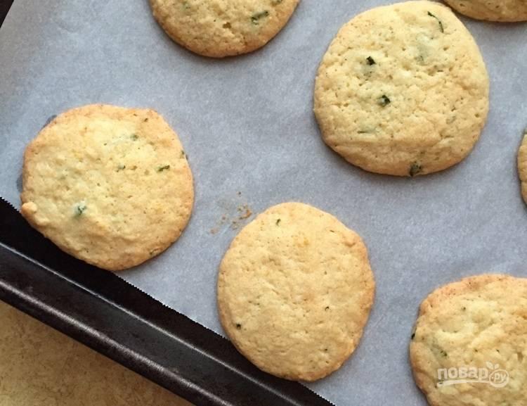4.Выпекайте печенье при 180 градусах около 12-15 минут. Подавайте после остывания.