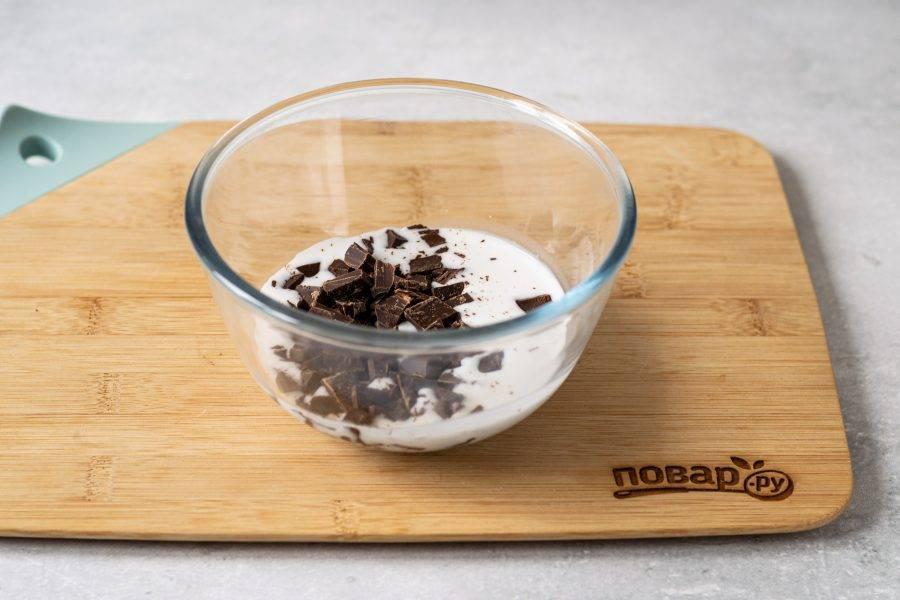 Снимите миску с плиты, добавьте шоколад.