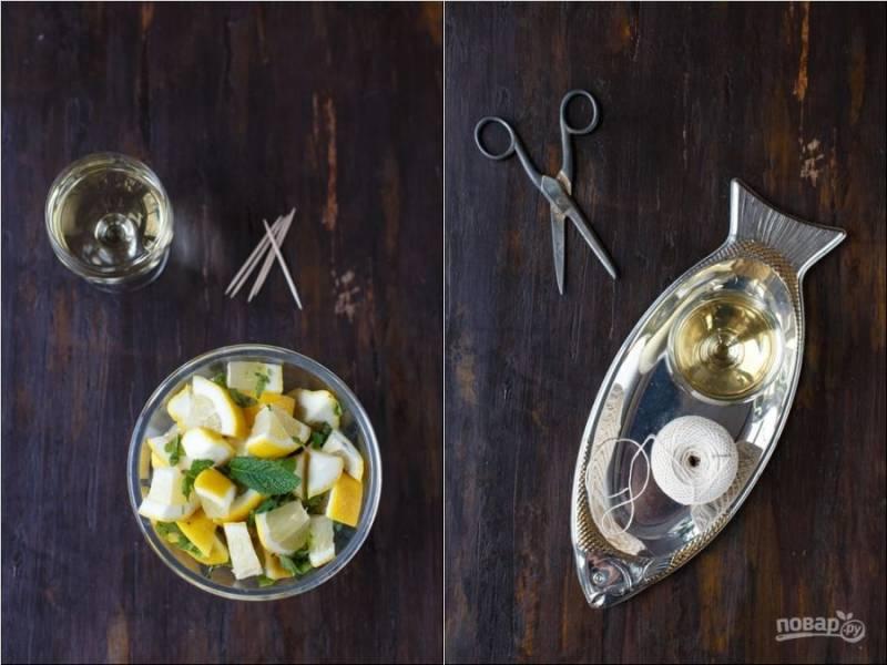 5. Возьмите лимоны, нарежьте их небольшими кусочками. Добавьте туда измельченную мяту. Хорошенько перемешайте.
