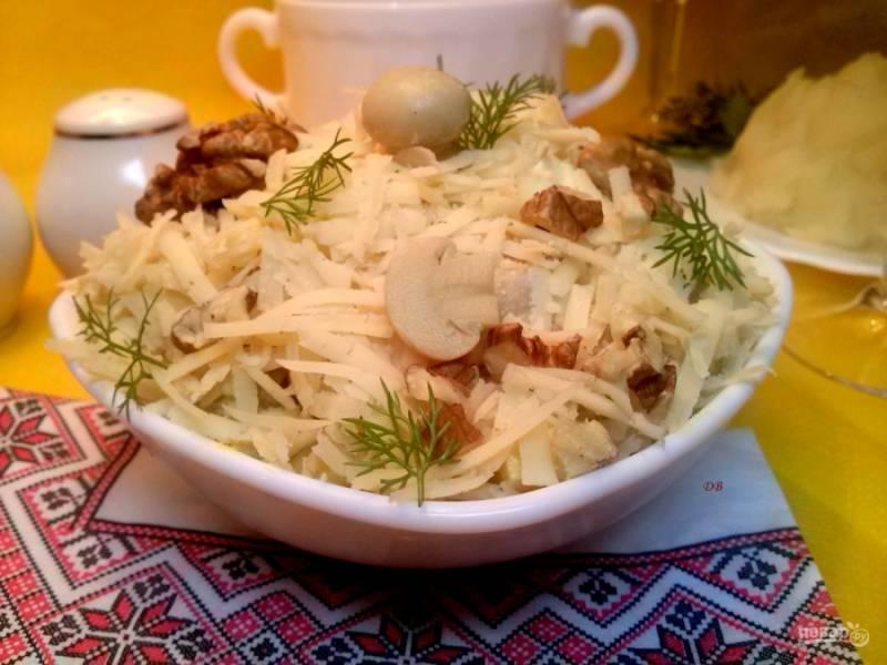 Заправьте майонезом (у меня домашний)  и перемешайте. Сверху посыпьте тертым сыром, украсьте орехами и маленькими грибочками. Приятного аппетита!