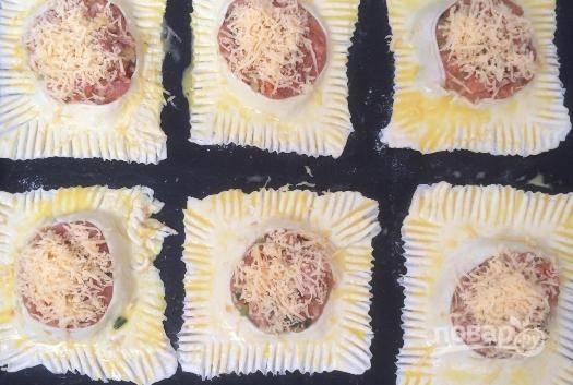 Сверху посыпаем тертым сыром, отправляем гусарики в разогретую до 180 градусов духовку на 20-25 минут. Готовые гусарики подавайте со свежей зеленью и овощами.