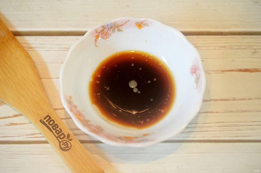 2. Соедините масло, лимонный сок, мед и соевый соус.