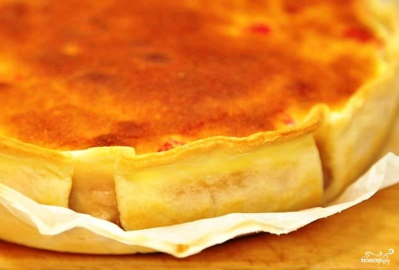 Готовый пирог достаем из духовки, извлекаем из формы и немного остужаем.