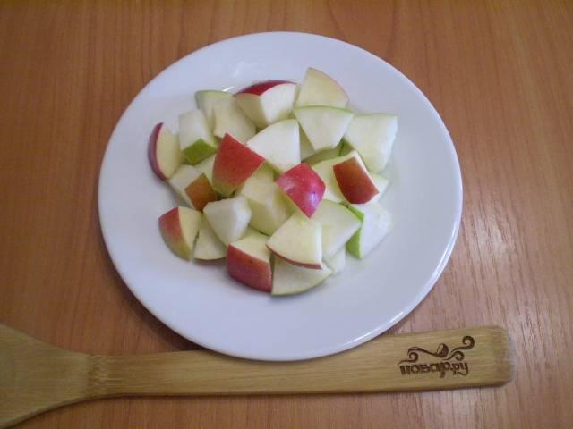 Порежьте яблоко, сбрызните лимонный соком (чтобы оно не потемнело). Выложите сверху груши.