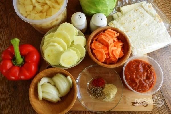 Подготовьте необходимые продукты. Овощи помойте, очистите. Картофель нарежьте мелкими кубиками, кабачок и морковь — тонкими ломтиками, лук — полукольцами.