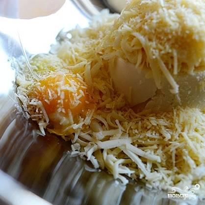 Моцареллу, пармезан и рикотту натираем на терке. Смешиваем в миске три вида сыра, туда же разбиваем яйцо. Перемешиваем.