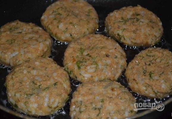 10.Сформируйте небольшие котлеты. Разогрейте сковороду с растительным маслом и выложите котлеты.