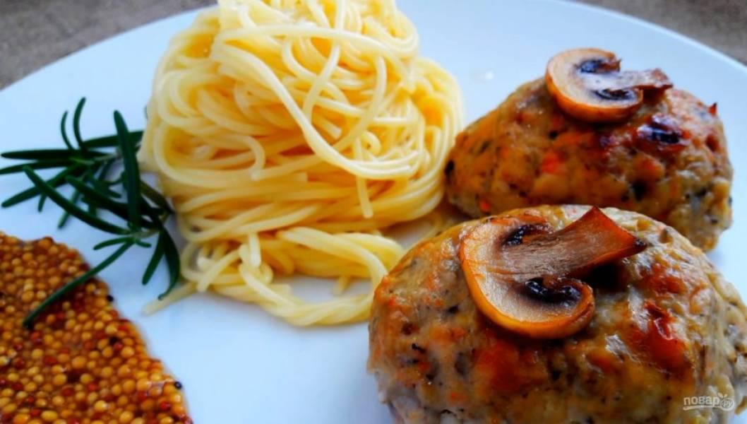 4. Украсьте биточки нарезанными грибами, заверните в фольгу и отправьте в духовку на 40 минут. Приятного аппетита!