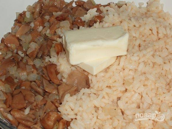 9. Когда грибы готовы, добавьте на сковороду отваренный рис и немного сливочного масла. Аккуратно перемешайте, снимите с огня и дайте настояться минут 5-10 перед подачей.  Приятного аппетита!