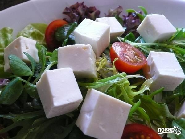2. Тофу нарежьте средними кубиками и добавьте на тарелку к остальным ингредиентам.