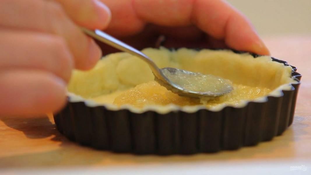 5. Далее расплавьте масло и смешайте его с сахаром. Смажьте полученной смесью тесто.