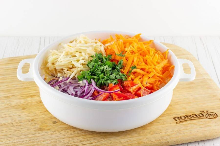 Морковь и яблоко натрите на крупной терке, перец нарежьте соломкой, лук полукольцами, петрушку порубите. Добавьте всё к капусте.
