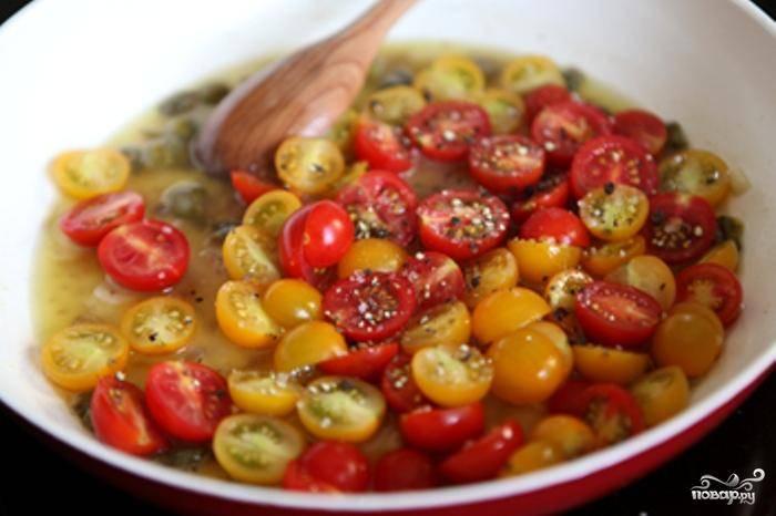 Когда вино выпарится практически полностью - добавляем в сковороду помидоры.