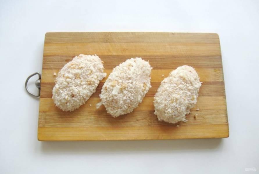 Сформируйте котлеты. Обваляйте их в панировочных сухарях или хлебных крошках.