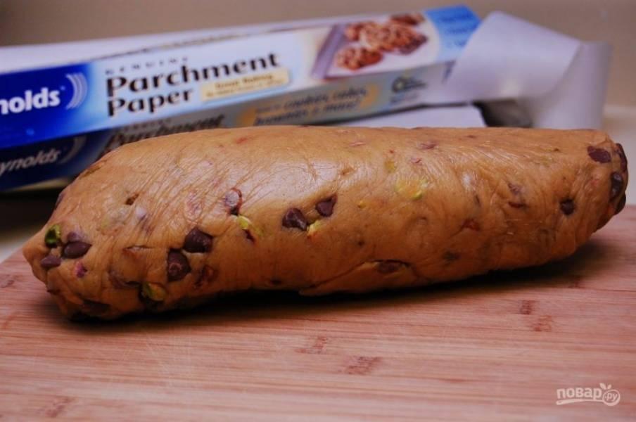 5. Уберите тесто под пищевую плёнку в холодильник на 1 час.