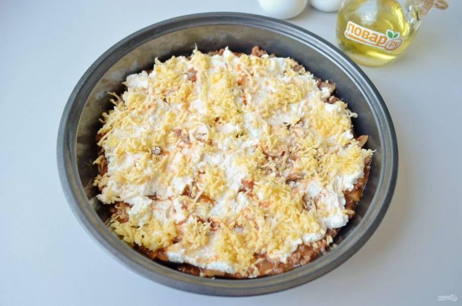 12. Распределите часть рикотты, присыпьте твердым сыром сверху.