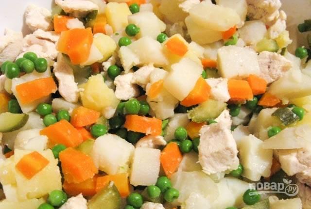 3.В большой миске смешайте все отварные овощи, добавьте зеленый горошек, мясо, артишок, огурцы.