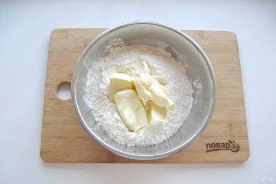 3. Выложите в муку мягкое сливочное масло.
