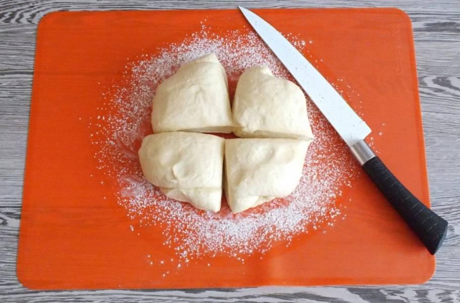 По истечении времени достаньте тесто из холодильника. Подпылите поверхность мукой, разделите тесто на 4 части.