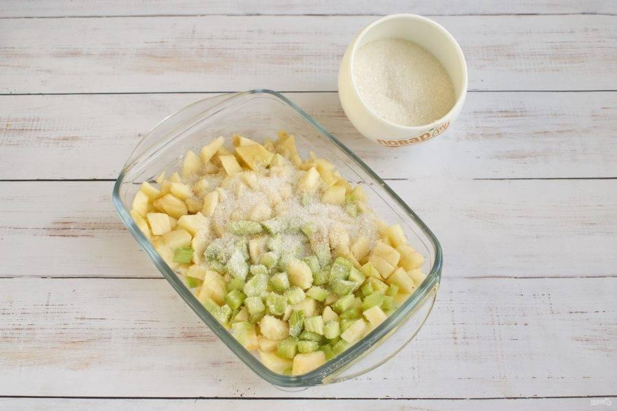 3.     Ревень и яблоки очистите, нарежьте кубиками. Положите в кастрюлю, засыпьте 3 столовыми ложками сахара, добавьте корицу, перемешайте.