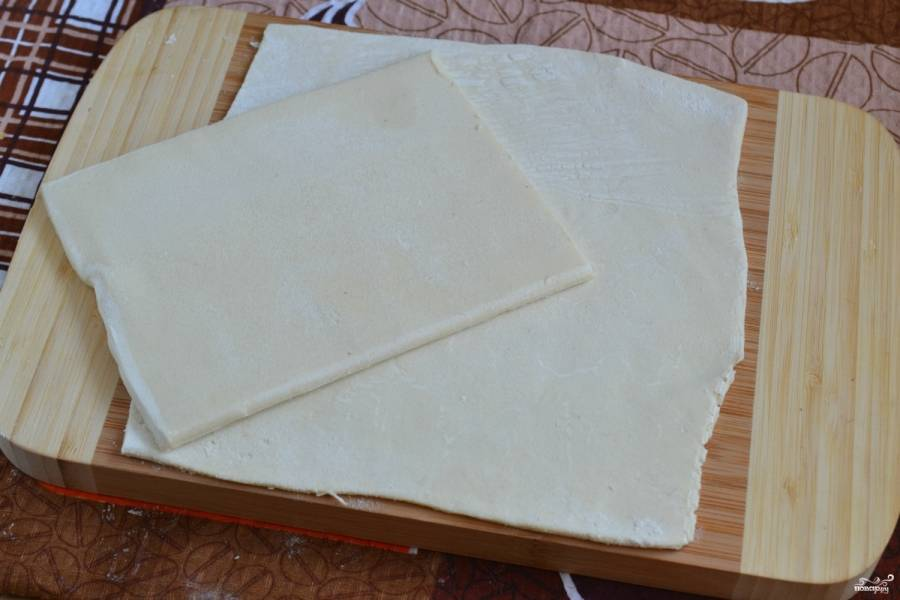 Для небольшого по размеру торта понадобится 2 листа теста. Каждый лист разрежьте пополам и раскатайте, чтобы он увеличился в размере почти вдвое.
