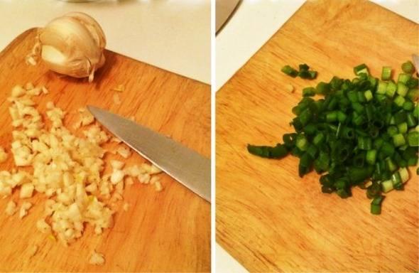 Измельчите зеленый лук и чеснок.