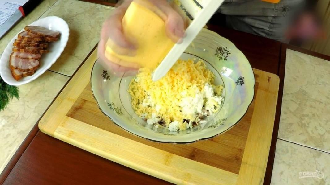Натираю на крупной тёрке 200 граммов сливочного сыра и сливочное масло.