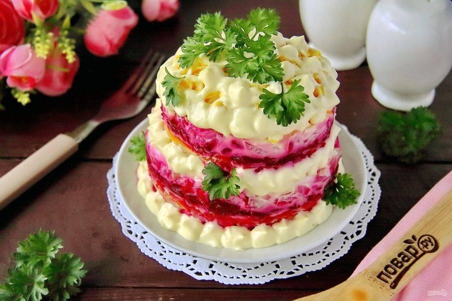 """Украсьте салат майонезом при помощи пакета или специального кондитерского мешка. Уберите готовый салат """"Невеста"""" со свеклой для пропитки в холодильник на 1 час, после чего украсьте зеленью и подавайте к столу. Приятного аппетита!"""