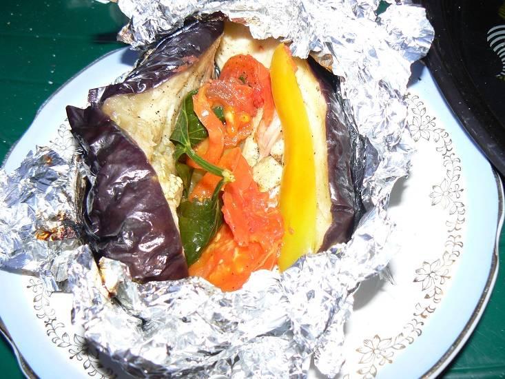 5. При желании можно добавить картофель, завернув его также в фольгу и смазав предварительно растительным маслом.