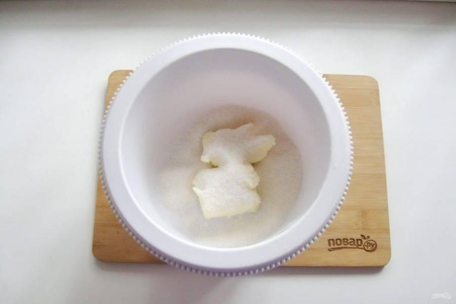 Добавьте сахар и ванильный сахар. Взбейте в пышную однородную массу.