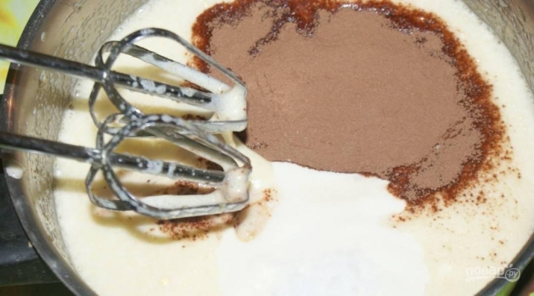 2.Добавляю майонез и какао-порошок, перемешиваю до однородной консистенции.