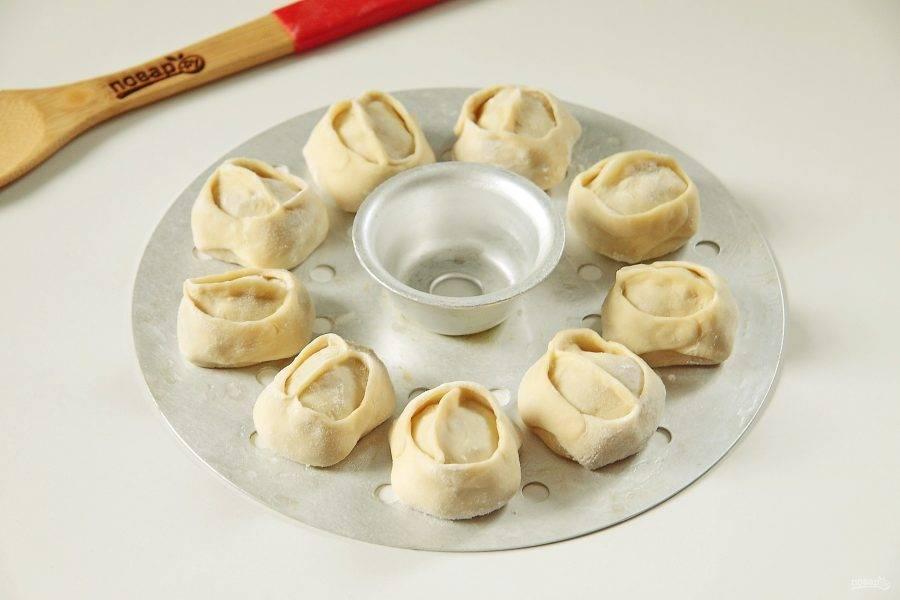 Таким образом слепите все манты, пока не кончится тесто и начинка. Выложите манты на решетку мантоварки, смазанную маслом на некотором расстоянии друг от друга и варите  на пару 40 минут.