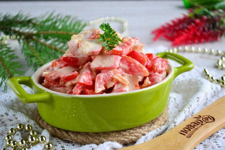 Салат с перцем помидорами и крабовыми палочками готов. Приятного аппетита!