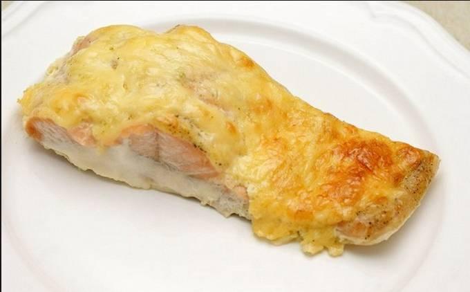 4. Подавать, порезав на кусочки, чтобы каждому досталась и рыбка, и расплавленный сыр!