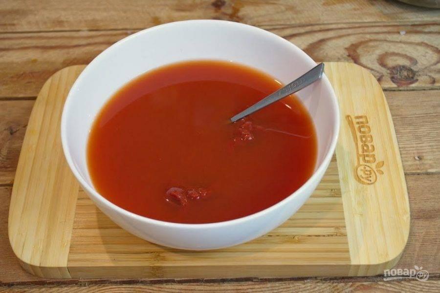 6.  Для приготовления подливки в миске смешайте питьевую воду и томатную пасту. Почти наверняка томатная паста будет кислой. Добавьте к ней сахара, немного соли и специй по вкусу. Размешайте.