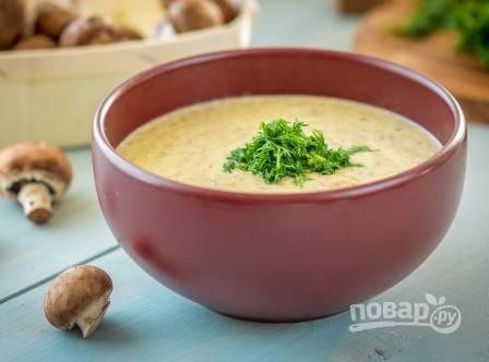Наливаем суп в тарелку и добавляем мелко нарезанную свежую зелень. Приятного аппетита!