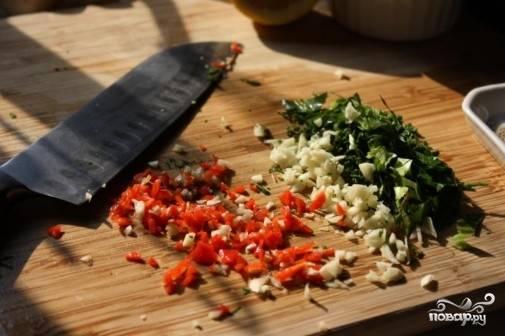 2. Начать рецепт приготовления маринада для овощей на гриле следует с того, что очистите и измельчите чеснок. Вымойте, обсушите и нарежьте мелко свежую зелень. Острый перец можно очистить от семян, чтобы сделать его менее жгучим.